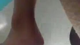 ¡Esa perra de coño afeitado consiguiendo un orgasmo extra sin realggim!
