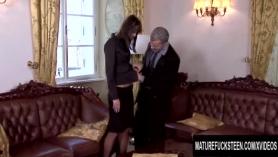La joven secretaria morena Angel Larouva tiene un interesante golpe en el trabajo
