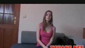Puma sexy hace ejercicios de yoga con un gran juguete sexual. Aparte del idioma