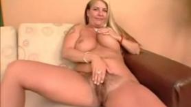 Rubia coquetea con su coño peludo en la cámara