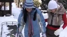 Rubia tetona juega con su chichoni.
