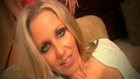 Madura tetona Julia Ann adora el sexo duro y se llena el coño de esperma