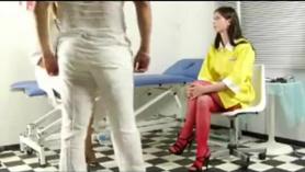 Enfermera oriental en mesa de masaje