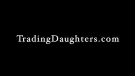 Hija coje con su padre culiando