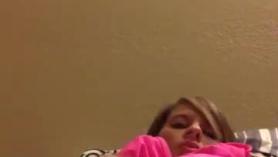 Chica juega con las pajas.