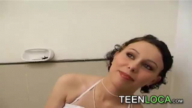 Rubia de 18 años nos demuestra que la follen duro.