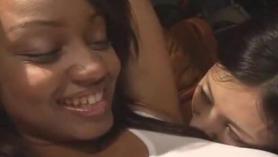 Lesbianas negras se marcan el culo sin compasión.