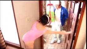 El vendedor se folla a una morocha húmeda