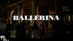Bailarina con grupo de amigos se desnuda