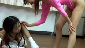Tinas pequeñas lesbianas se follan a un chochito de juguetes