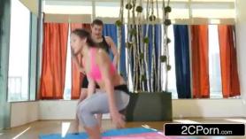 Sesión de yoga grupal a domicilio.