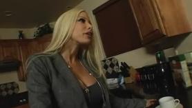 Esposa fuma a su marido para follar.