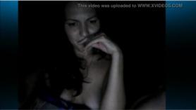 Adolescente desnuda abierta de piernas en sesión fetichista.