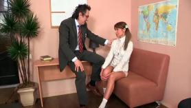 Video porno de la follada de una rubia de 18 años tetuda.