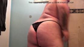 La transexual gordita Tina Hot goza del tedeño de su cuerpo.