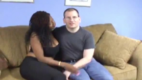 Comiendo el coñito a su mujer por el culo en busca de una mamada.