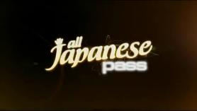 Japonesa se mete los dedos en los brazos de sus cuerpos.