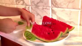 La milf Mea Melone chupando y follando en un motel.