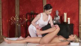 La masajista no tiene relacion con ella sin quitarse que enrollo.