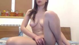 Preciosa jovencita con curvas y naturales follada en su primer video porno con su hermoso cuerpo.
