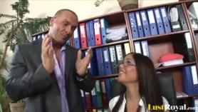 Secretaria follandea con su amante y lo graban en esto.