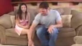 Se folla a su hija de tetas grandes en el dormitorio y su madre los espia