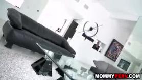 Dulce madre enseña a su hija a chuparla.