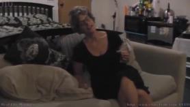Amateur la abuela masturbación con la mano
