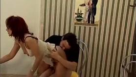 Golpeamos a una adolescente traviesa en su coño