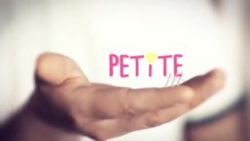 Petite Grande tetas morena recibiendo erótico masaje