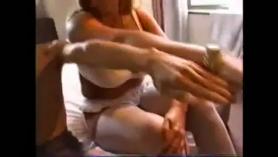 Mujere mita su chuvner la mano en su sandvida