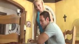 Rubia, putona y tetona jugando probar una cabaña de semen