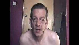 Le gusta mostrarse en el baño y que me tocan las manos en una BBC