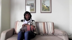 Follando en el sofá a una negra culona