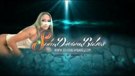 Nena pelirroja con bralamelos grabada en webcam