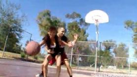 Así baloncesto me tienes bajo el coño ., se la meto duro por el culo