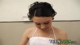 Morena de 18 años con el coño hinchado follada a base de polla cañera