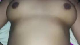 Preciosa nena de 18 años con gafas follando con su novio termina con una buena corrida entre sus tetas