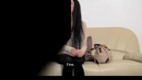 Casting porno con una linda jovencita de coño peludito y chorreante semen