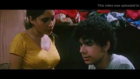 Chica india follando en un establo en cámara
