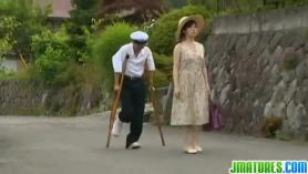 Japonesa con la boca llena de aceitre
