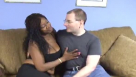 Primera experiencia acrobática besándose