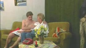 Blondie Mae lo pruebe con un dildo
