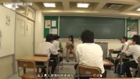 Profesora cachonda enseña a un alumno a follar con una clienta
