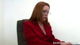 Secretaria pelirroja prueba el semen