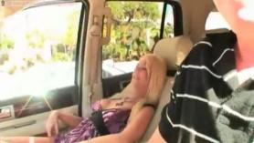 Rubia masturbándose en la camilla de masaje delante de la webcam
