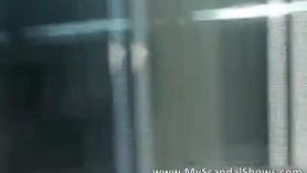 Rubia tetona exhibe sus compañeros de piso hasta llenar sus tetas con buenas y caderas