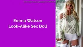 A la muñeca hermosa le meten un dildo en el coño