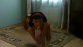 Adolescente rubia juega con vibrador a varios consoladores de nariz