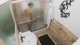 Rubia oculta follando delante de la webcam